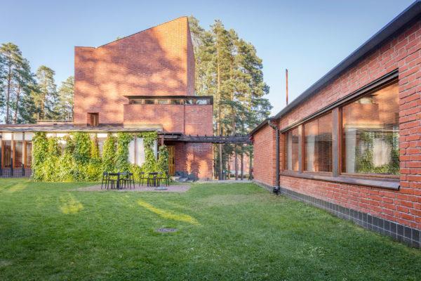 午後の日差しが入り込むセイナッツァロの町役場の緑豊かな中庭。写真:Tero Takalo-Eskola(Visit Jyväskylä)