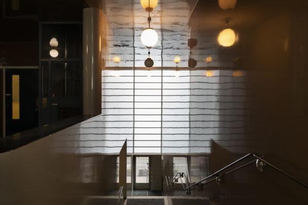 正面玄関へ続く階段に格子状の窓から光が射す、トゥルク新聞社ビル。写真:Maija Holma(アルヴァ・アアルト財団)