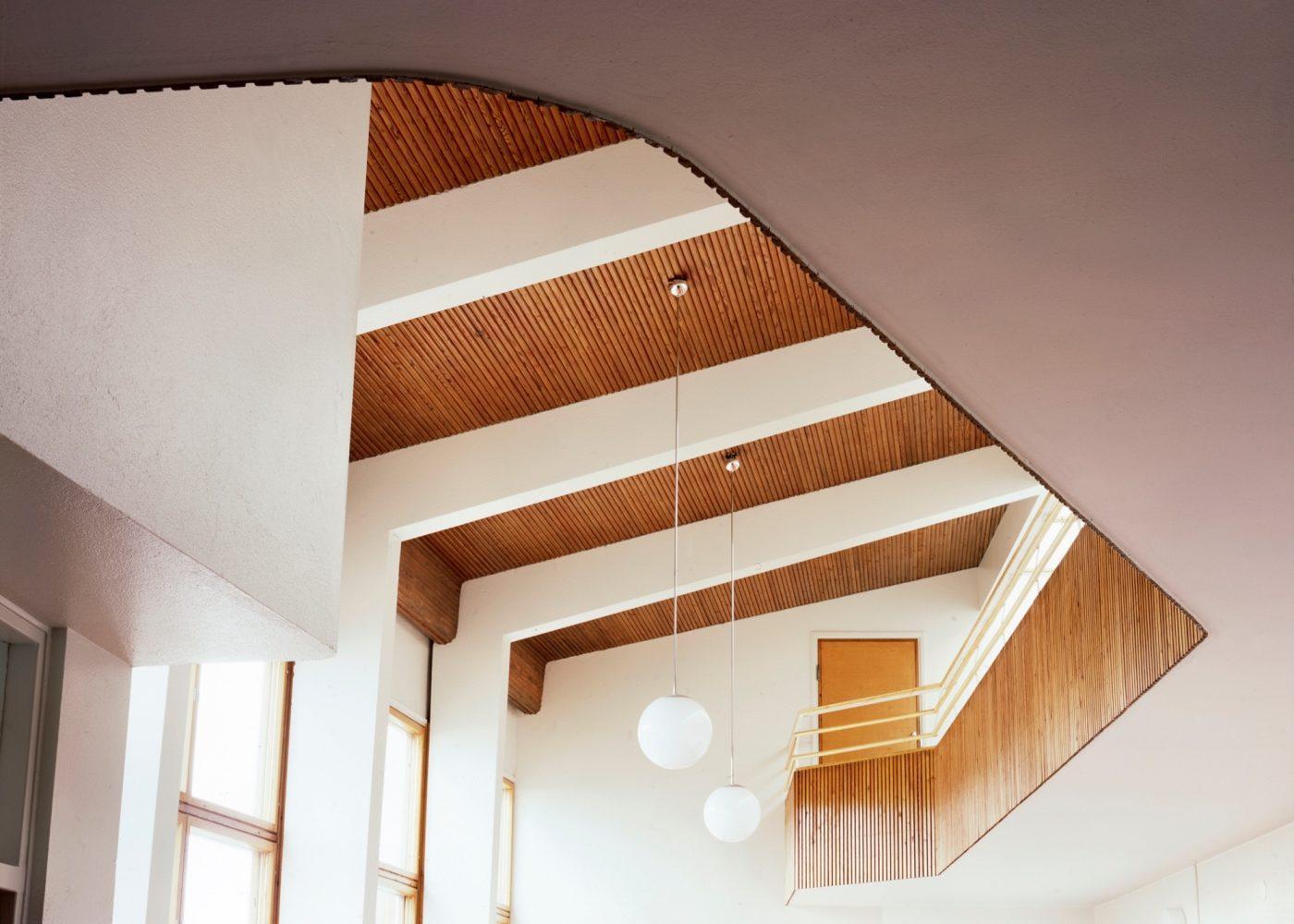 Tehtaanmäen koulun aula. Kuva: Maija Holma, Alvar Aalto -säätiö