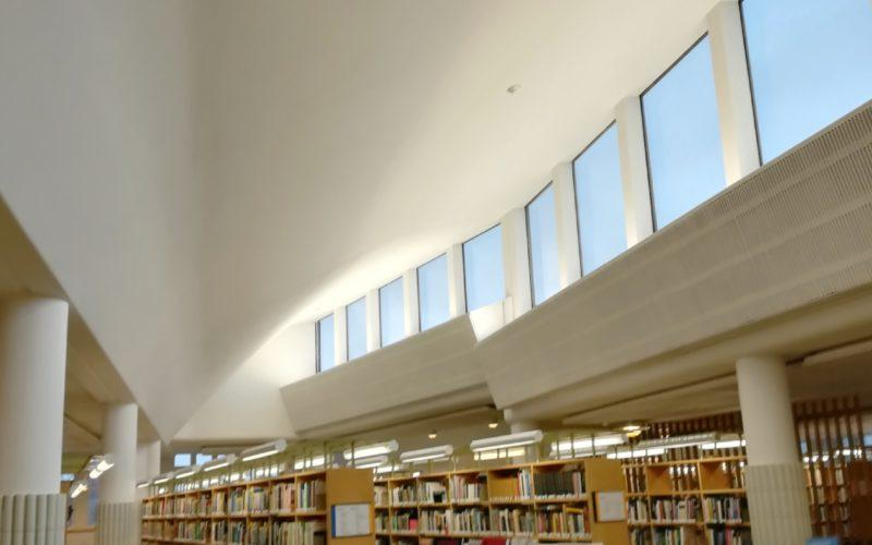 Otaniemen kirjaston kaunis valo