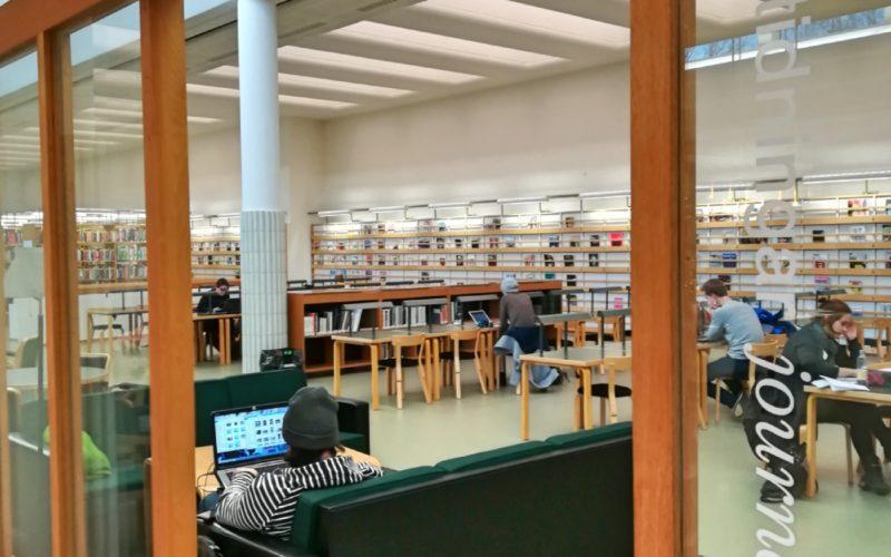 Otaniemi kirjastossa