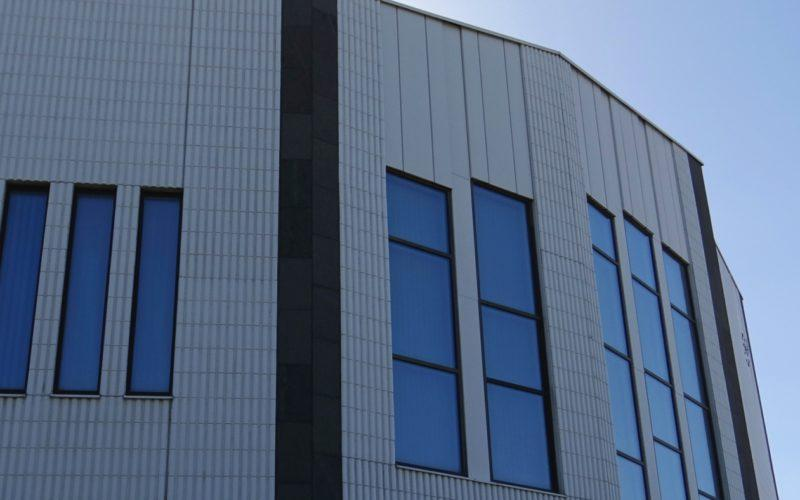 Rovaniemen valtuustosalin ikkunoita Kaupungintalo