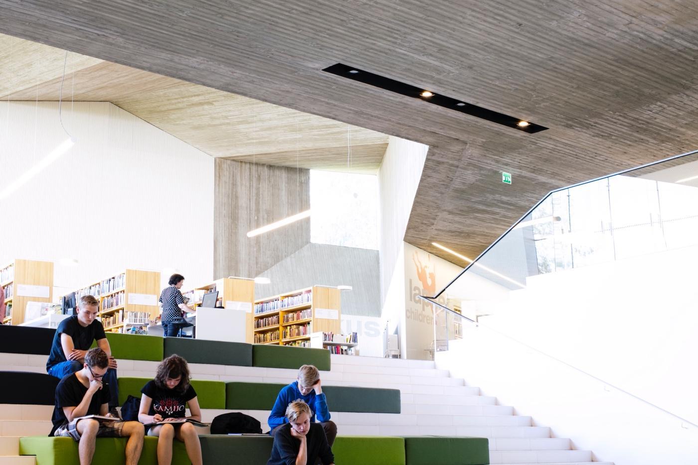 Seinäjoen uudesta Apila-kirjastosta on yhteys Aalto-kirjastoon. Kuva: Visit Seinäjoki, Katja Lösönen.