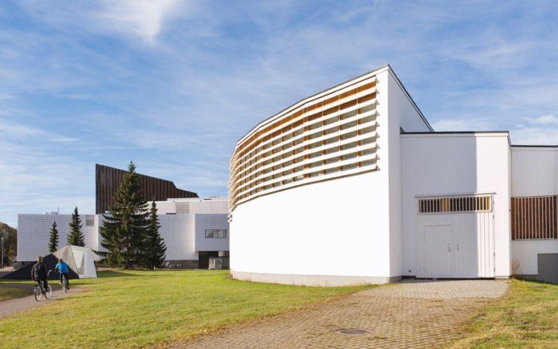 Aalto-kirjasto ja takana teatteri Seinäjoen Aalto-keskuksessa. Kuva: Visit Seinäjoki, Katja Lösönen.