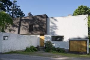 通り側の外観は、手の込んだ作りの庭側と比べると閉鎖的で質素にデザインされている。写真:Maija Holma(アルヴァ・アアルト財団)