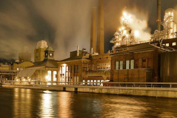 Бумагоделательный завод в Варкаусе. Фото: Тимо Хейнонен