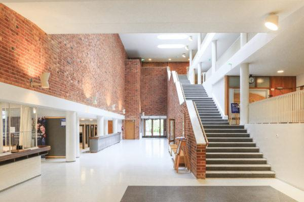 Jyväskylän yliopiston aula kylpee valossa. Kuva: Visit Jyväskylä, Tero Takalo-Eskola.