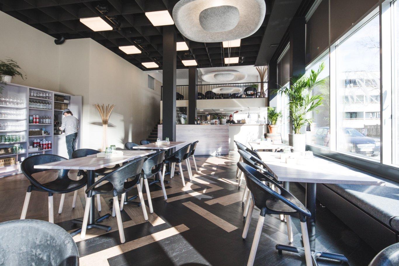 Seinäjoen Äärellä ravintolan sisustus on rennon moderni