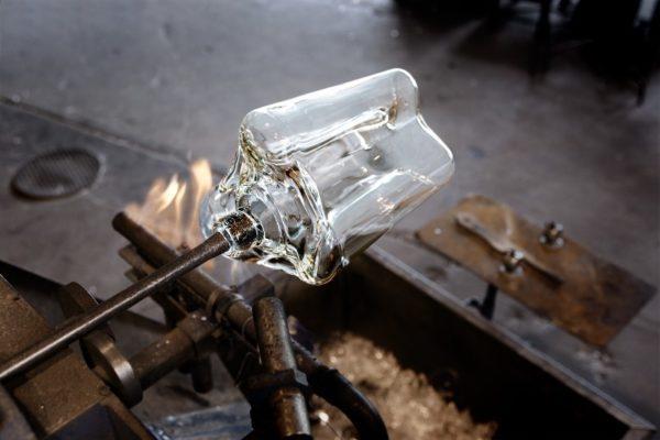 アアルトベースは1つ1つ吹きガラスの製法によりイッタラの工場で手作りされている。写真:イッタラガラス工場