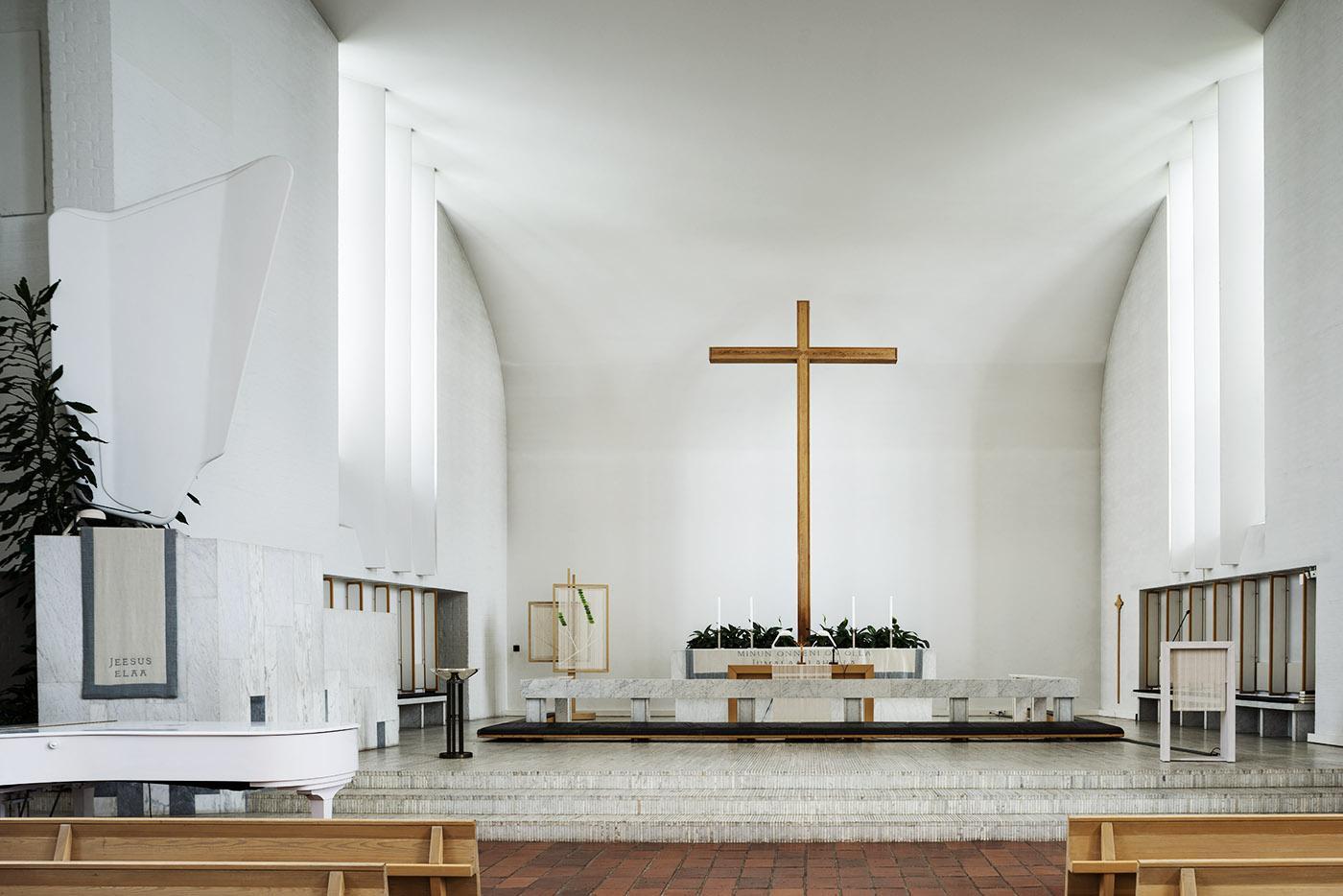 Lakeuden Ristin kirkon alttari ja puuristi